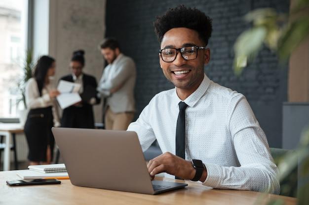Felice giovane imprenditore africano