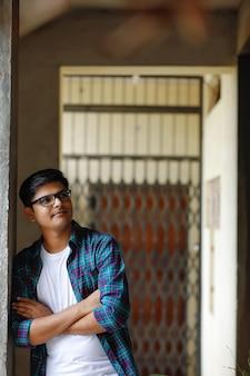 Felice giovane indiano sulla strada