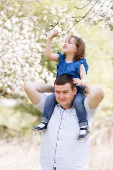 Felice giovane padre gioioso con la sua piccola figlia