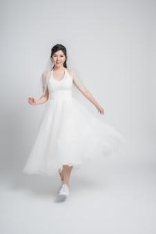 Felice giovane sposa asiatica