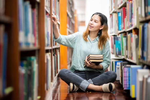 Felice giovane studente universitario asiatico