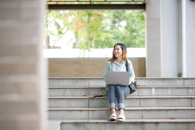 Felice giovane studente universitario asiatico.