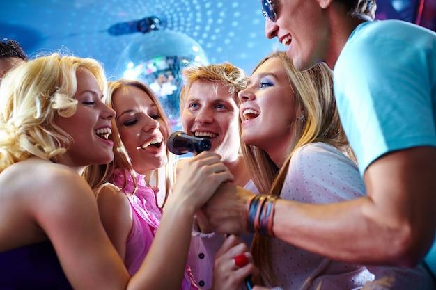 Felice gruppo di amici che hanno divertimento