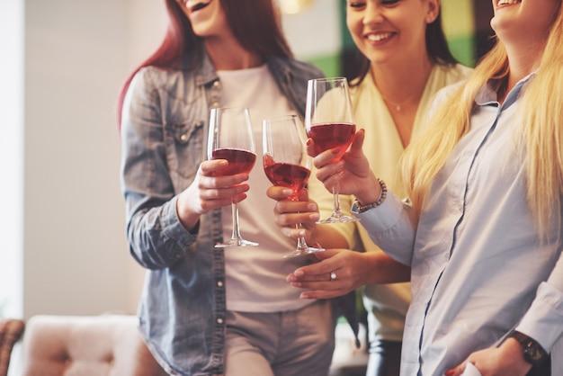 Felice gruppo di amici con vino rosso