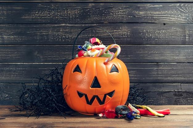 Felice halloween! zucca con caramelle in casa.