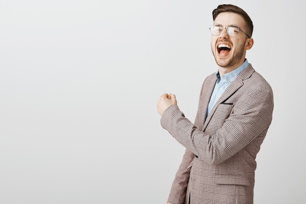 Felice imprenditore di successo vincente, pompa pugno in gioia, gridando di sì