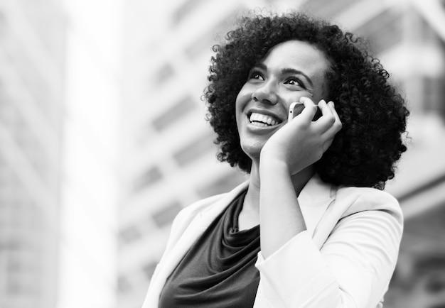 Felice imprenditrice parlando al telefono