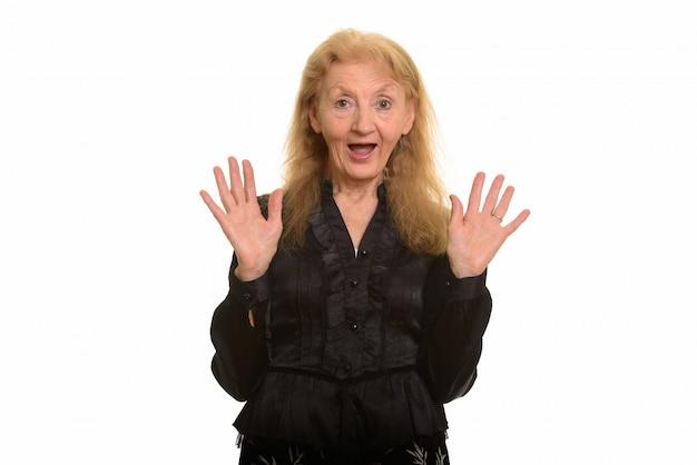 Felice imprenditrice senior sorridente e mostrando le sue palme