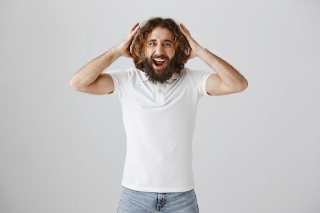 Felice l'uomo barbuto del medio oriente reagisce eccitato alle buone notizie
