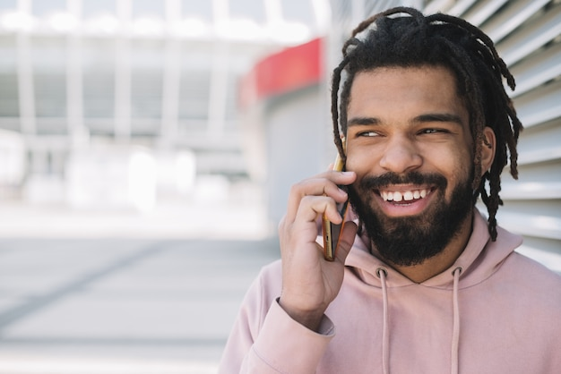 Felice l'uomo parla al telefono