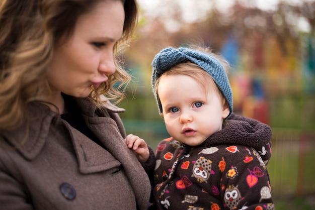 Felice madre con bambino in natura