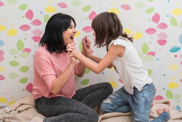 Felice madre e figlia che si diverte