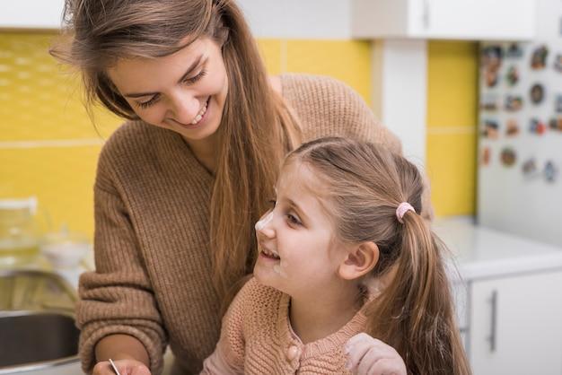 Felice madre e figlia in cucina