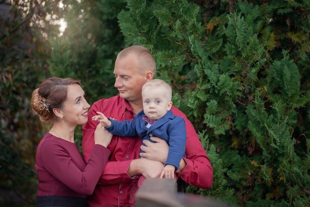 Felice madre, padre e figlio nel parco. felicità nella vita familiare in estate