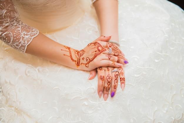 Felice matrimonio! mano della sposa con l'henné.