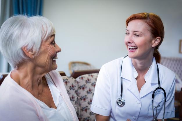 Felice medico e paziente
