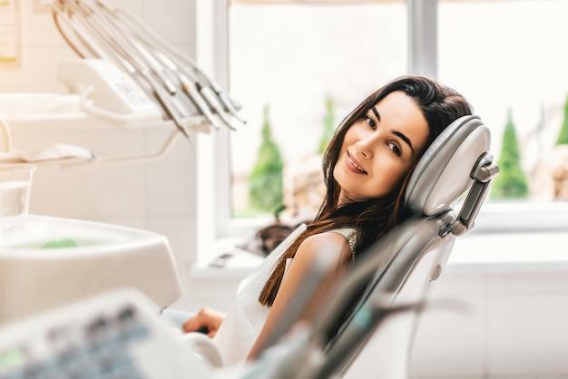Felice paziente dentale nella clinica dentale