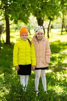 Felice piccole amiche nel parco