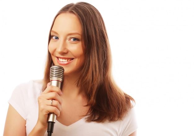 Felice ragazza che canta.