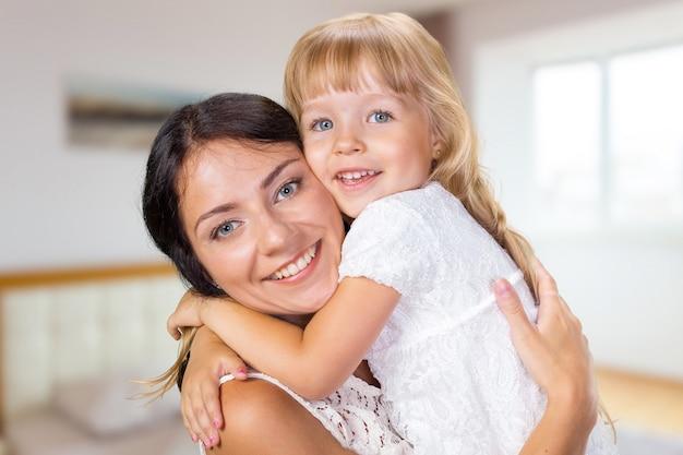 Felice ragazza madre e figlio