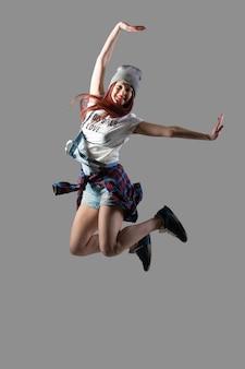 Felice ragazza saltando
