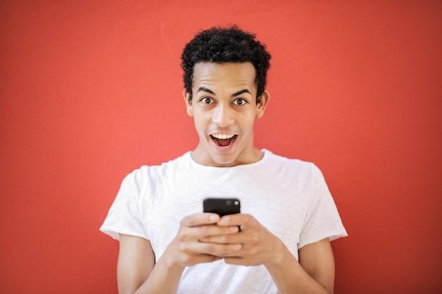 Felice ragazzo afro texting