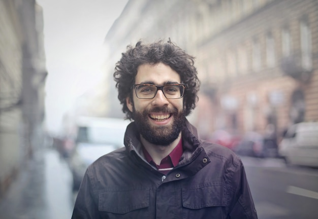 Felice ragazzo con la barba in strada