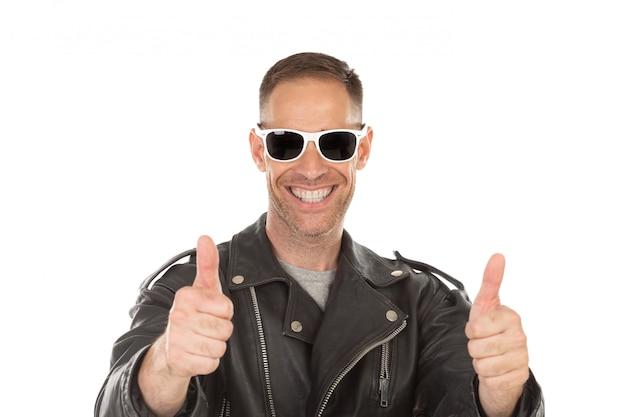 Felice ragazzo cool con giacca di pelle e occhiali da sole