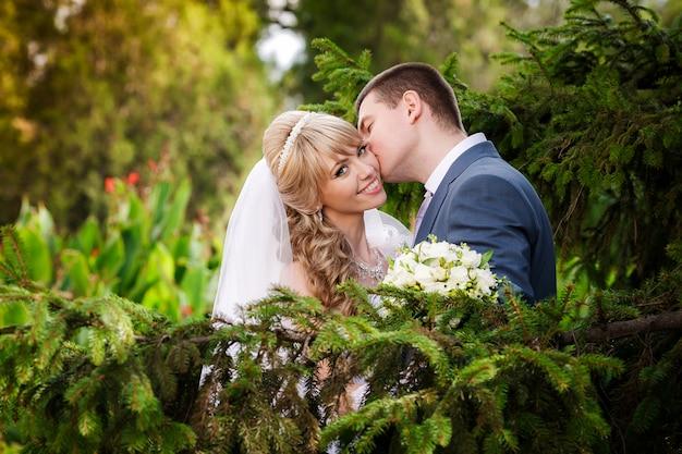 Felice sposa e lo sposo il giorno delle nozze