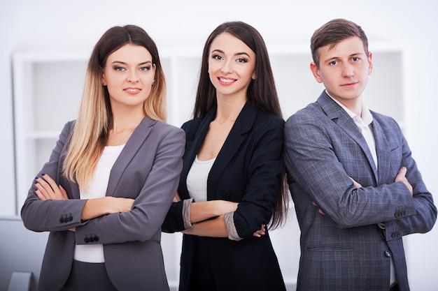 Felice squadra di affari in ufficio