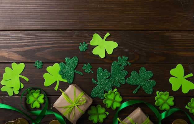 Felice st. giorno di patrick. scheda con trifoglio fortunato. simbolo del festival irlandese.