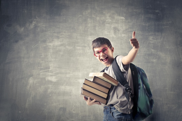 Felice studente con i libri