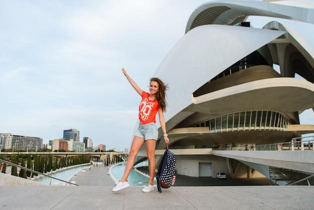 Felice turista femminile nella città delle arti e delle scienze di valencia