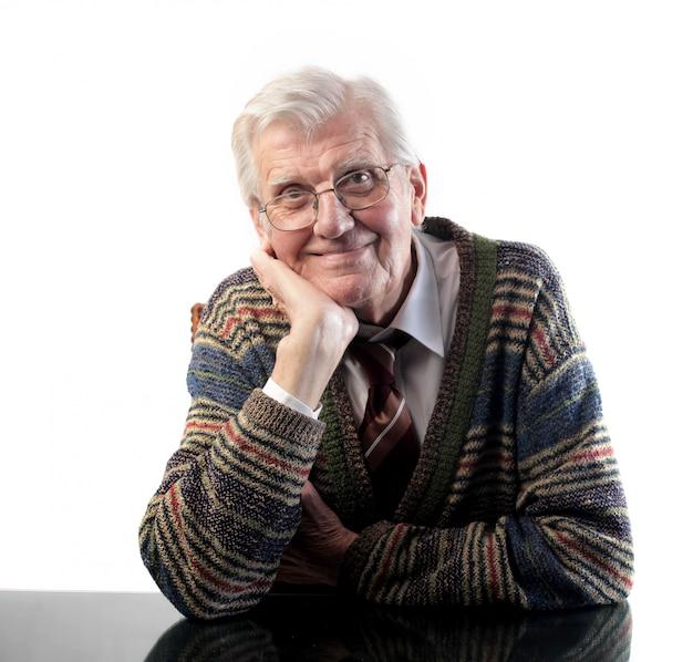Felice uomo anziano sorridente