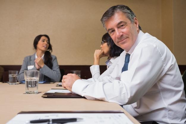 Felice uomo d'affari alla riunione