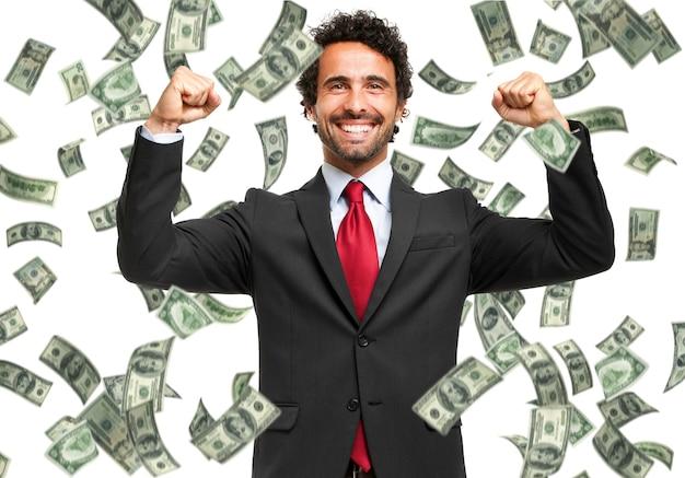 Felice uomo godendo la pioggia di soldi