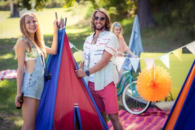 Felici amici al campeggio