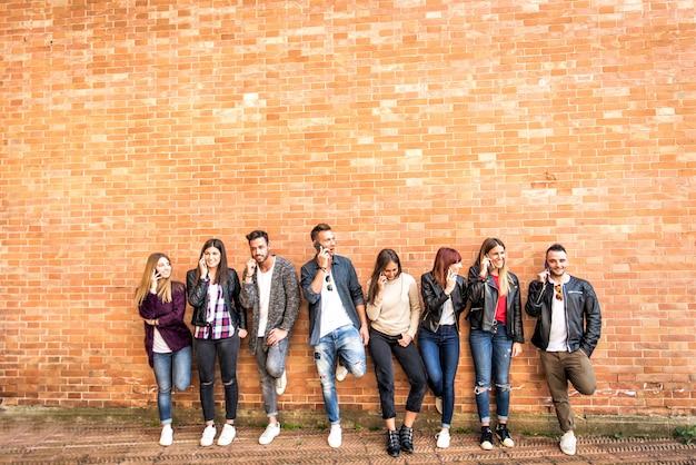 Felici amici di un muro di mattoni