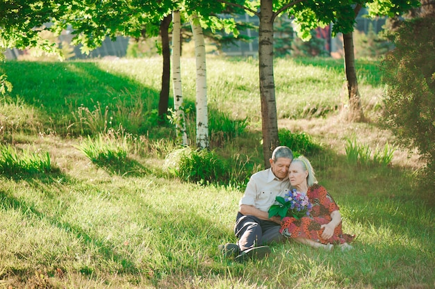 Felici e anziani seduti nel parco