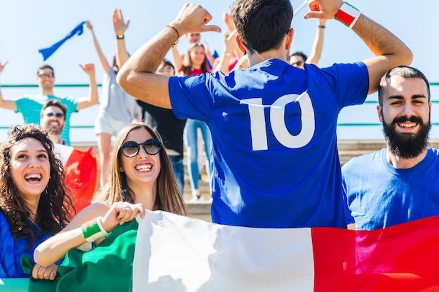 Felici fan italiani allo stadio per la partita di calcio