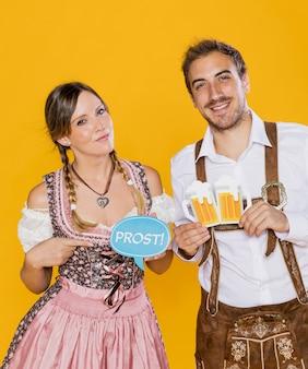 Felici giovani amici con segni più oktoberfest