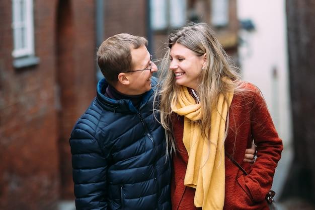 Felici giovani genitori con passeggino per le strade di lubecca (germania)