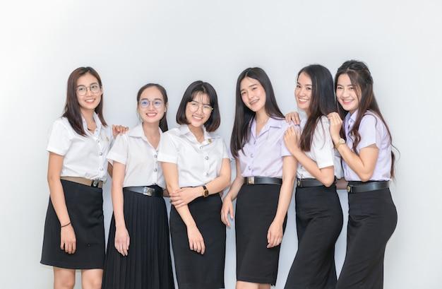 Felici giovani studenti in piedi insieme