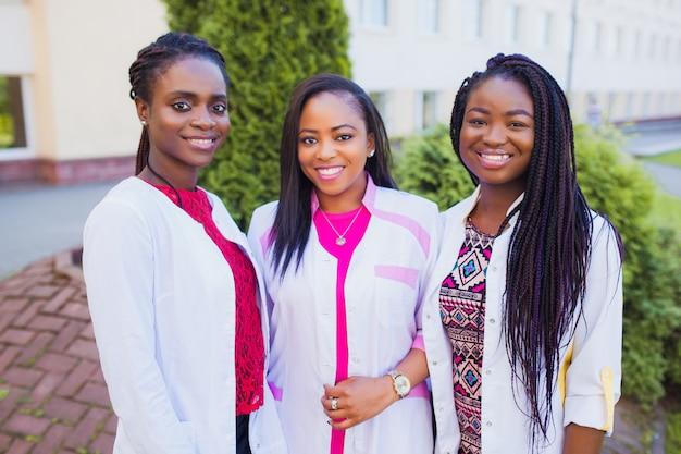 Felici laureati del team medico. ritratto del personale medico in un ospedale. dottori amiche nere