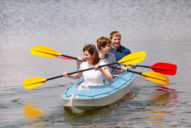Felici migliori amici che si divertono in kayak