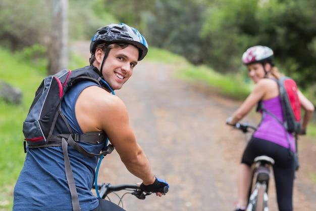 Felici motociclisti sul sentiero