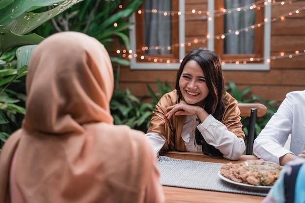 Felicità del frienship quando ti piace mangiare insieme iftar