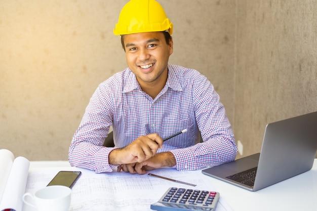 Felicità dell'ingegnere civile che lavora all'ufficio.