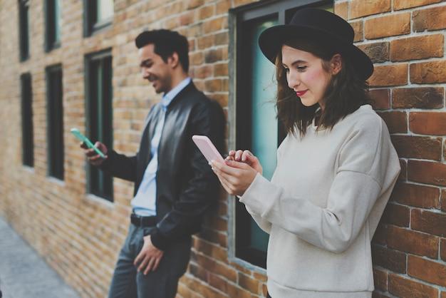Felicità di datazione delle coppie che viaggia facendo uso dello smart phone