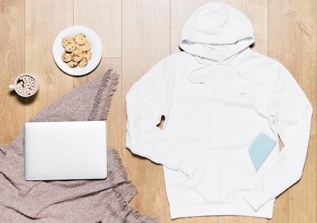 Felpa con cappuccio bianca con piatto di biscotti e laptop